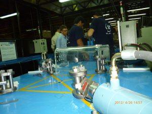 کارشناس آزمایشگاه Veiki در کنار دستگاه تست کشش و فشار